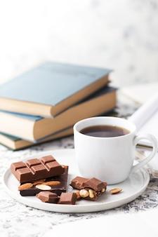 Tasse kaffee, schokolade und bücher.