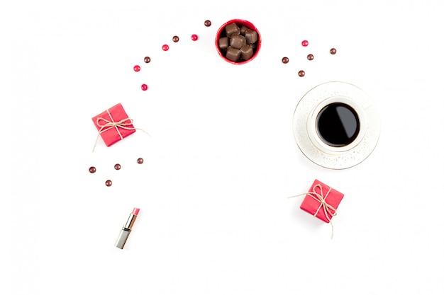 Tasse kaffee, schokoladenbonbons, geschenkboxebenenlage. weiblicher hintergrund.