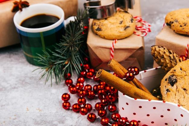 Tasse kaffee steht im kreis, der von den verschiedenen arten weihnachtsdekor gemacht wird