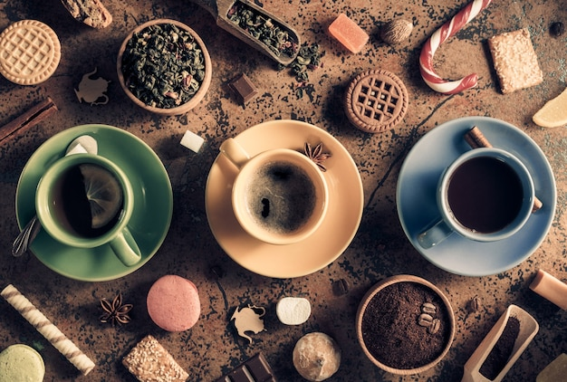Tasse kaffee, tee und kakao am abstrakten hintergrund