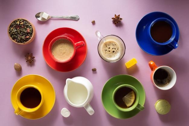 Tasse kaffee, tee und kakao an der papieroberfläche