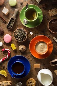 Tasse kaffee, tee und kakao an der tischoberfläche