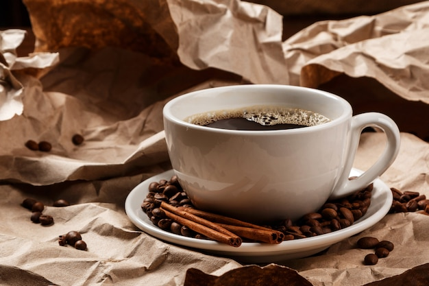 Tasse kaffee über zerknittertem papier