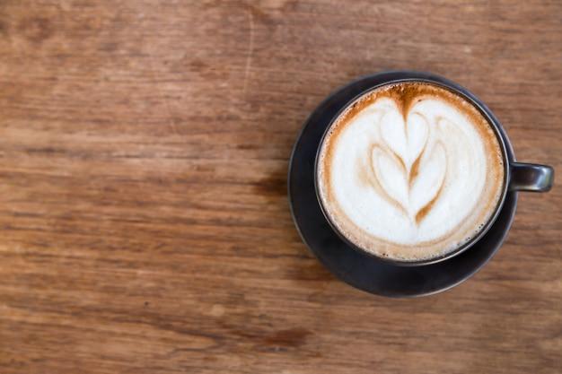 Tasse kaffee und auf holz blackground