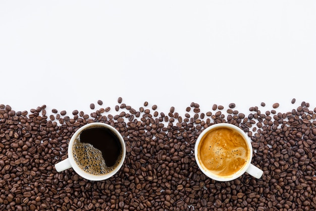 Tasse kaffee und bohne auf weißem tisch.