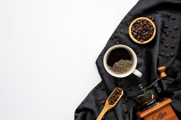 Tasse kaffee und bohnen lokalisiert auf weiß