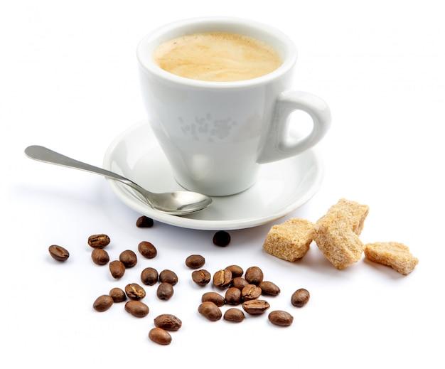 Tasse kaffee und brauner zucker auf weißem hintergrund