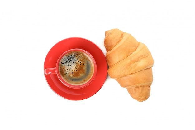 Tasse kaffee und croissant lokalisiert auf weißem hintergrund
