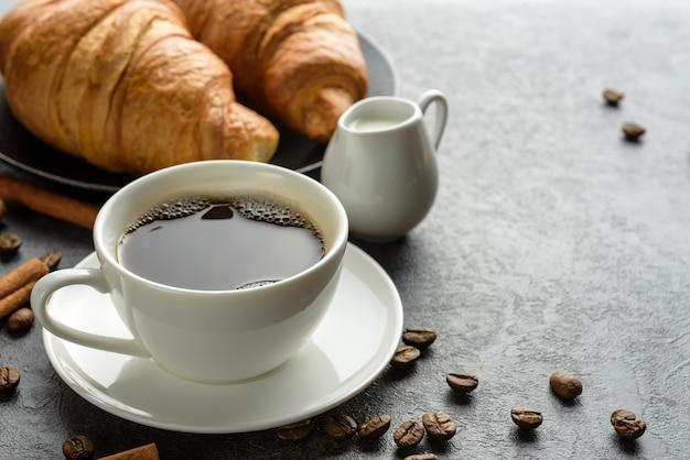 Tasse kaffee und croissants nahaufnahme traditionelles frühstückskonzept