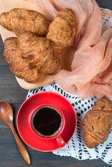Tasse kaffee und croissants