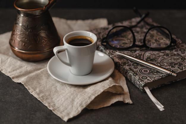 Tasse kaffee und cupcake. zeit, ein interessantes buch zu lesen. zeit zum entspannen.