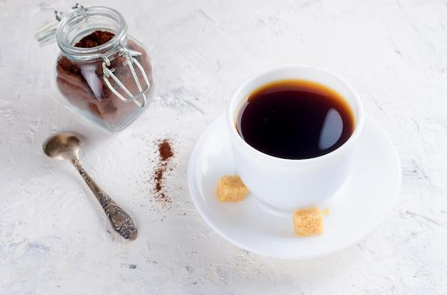 Tasse kaffee und ein glas mit kaffeepulver