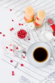 Tasse kaffee und ein preiselbeerkuchen zum frühstück
