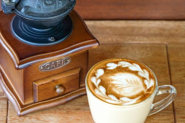 Tasse kaffee und eine kaffeemühle