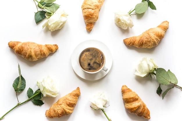 Tasse kaffee und frisch gebackene croissants. ansicht von oben. flach liegen. konzept französisches frühstück.