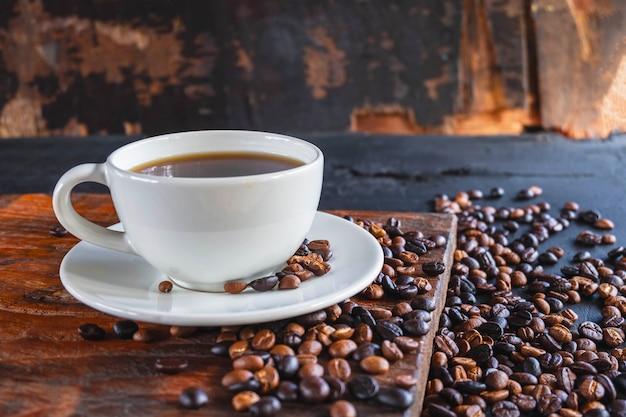 Tasse kaffee und geröstete kaffeebohnen
