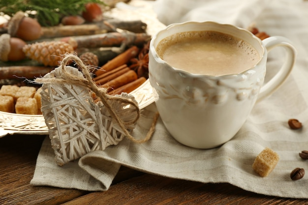 Tasse kaffee und gewürze auf metalltablett auf serviette