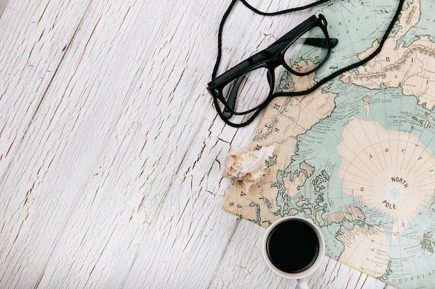 Tasse kaffee und gläser liegen auf der karte