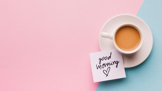 Tasse kaffee und guten morgen nachricht