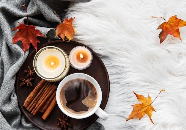 Tasse kaffee und herbstlaub