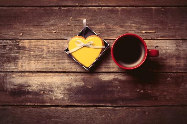 Tasse kaffee und keks in der box