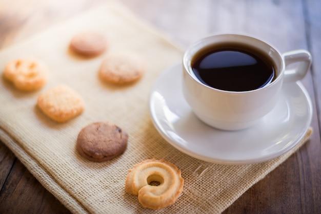 Tasse kaffee und keks vieler formen