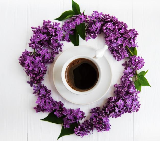 Tasse kaffee und lila blumen