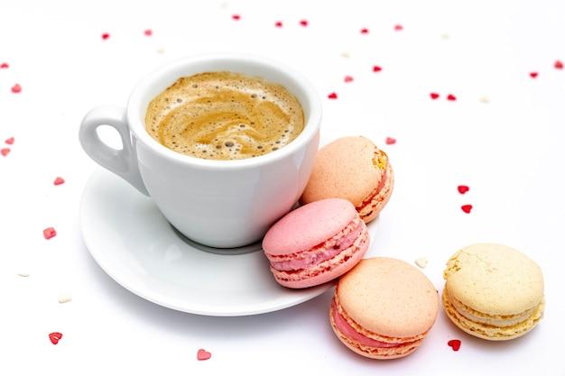 Tasse kaffee und macarons für valentinstag