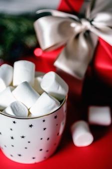 Tasse kaffee und marshmallows