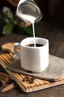 Tasse kaffee und milch im wasserkocher