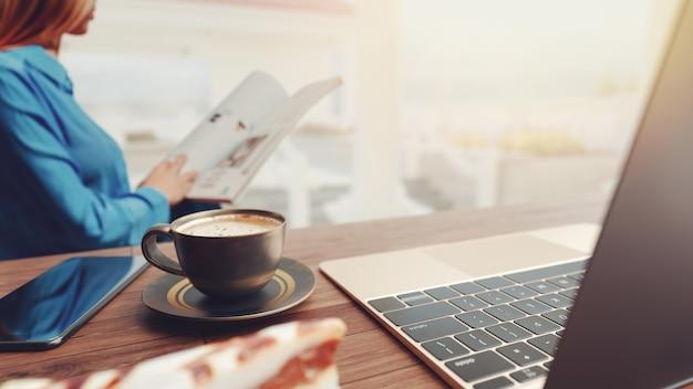 Tasse kaffee und notebook handy auf dem tisch,