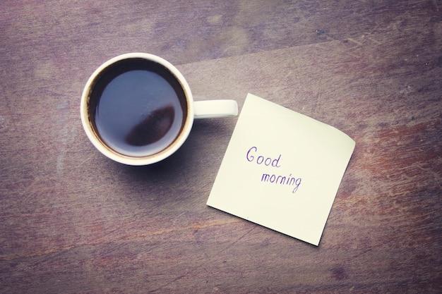 Tasse kaffee und papier mit text