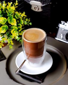Tasse kaffee und pflanze auf dem tisch
