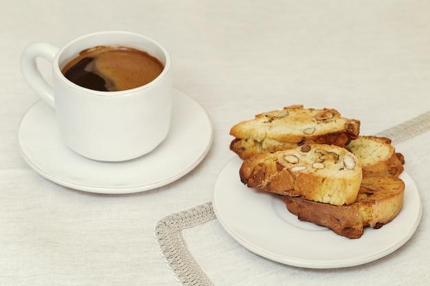 Tasse kaffee- und plätzchenbiscotti auf der tabelle, retro- getont.