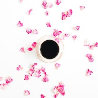 Tasse kaffee und rosa rosenblätter auf weiß