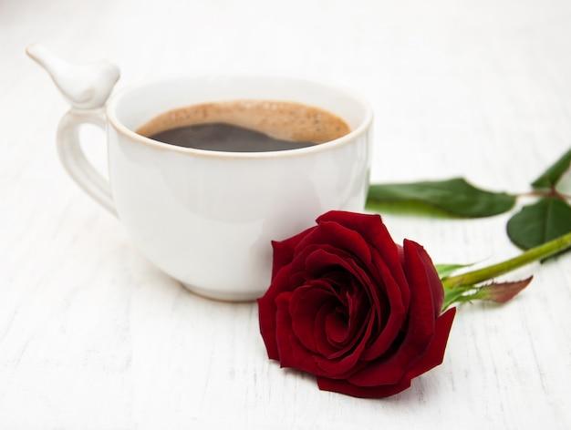 Tasse kaffee und rote rosen