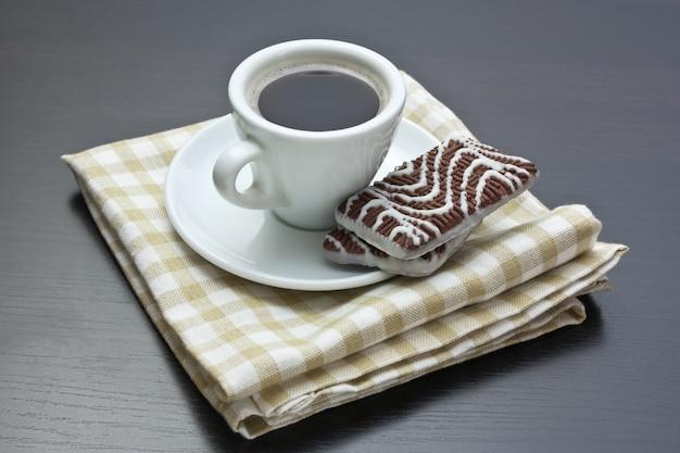 Tasse kaffee und schokoladenkekse auf dem tisch