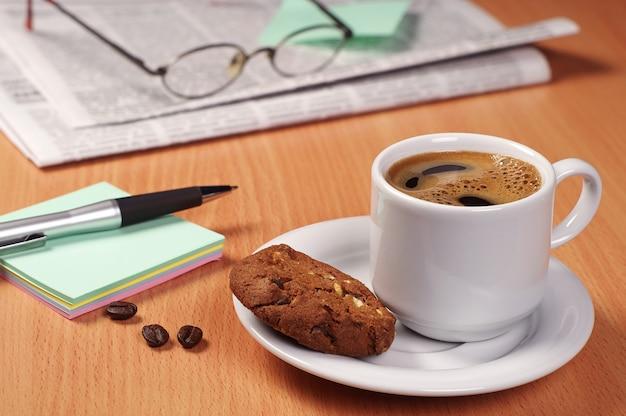 Tasse kaffee und schokoladenplätzchen mit nüssen