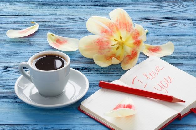 Tasse kaffee und streuheft mit dem wort