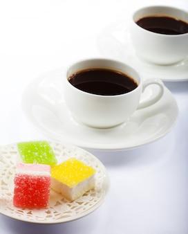Tasse kaffee und süßigkeiten