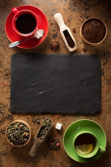 Tasse kaffee und tee auf tischoberfläche
