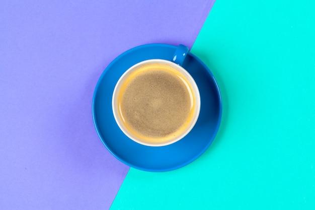 Tasse kaffee und untertasse auf farbe