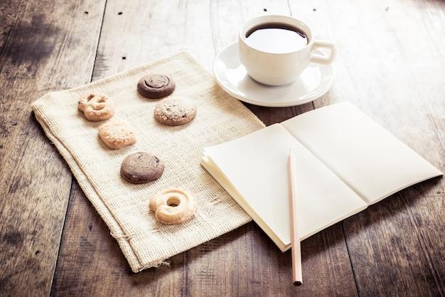 Tasse kaffee und viele formen biscotti