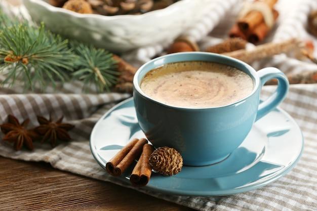 Tasse kaffee und weihnachtsbaumast auf serviette
