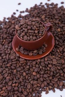 Tasse kaffee voller kaffeebohnen.