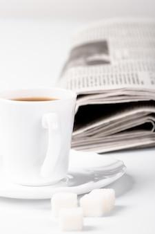 Tasse kaffee, zucker und stapel der zeitungsnahaufnahme