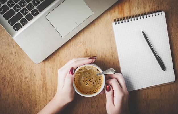 Tasse kaffee zum frühstück am computer, schreiben, planen. selektiver fokus