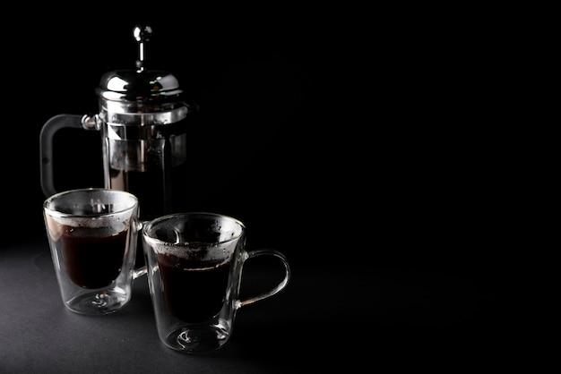 Tasse kaffees der vorderansicht mit kessel