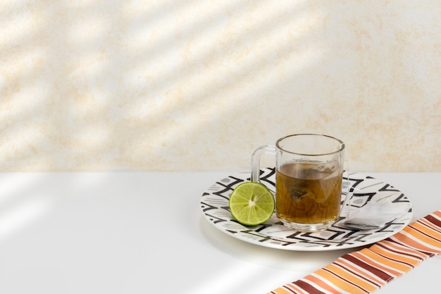 Tasse kalten tees auf einem weißen tisch
