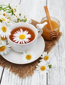 Tasse kräutertee mit kamillenblüten